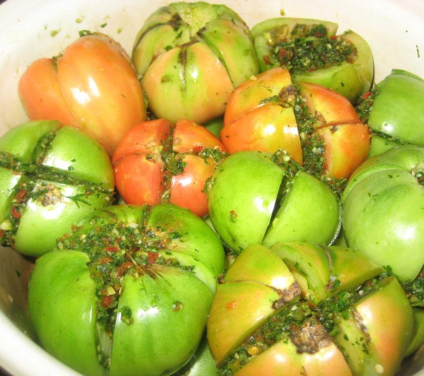 Зеленые помидоры фаршированные чесноком